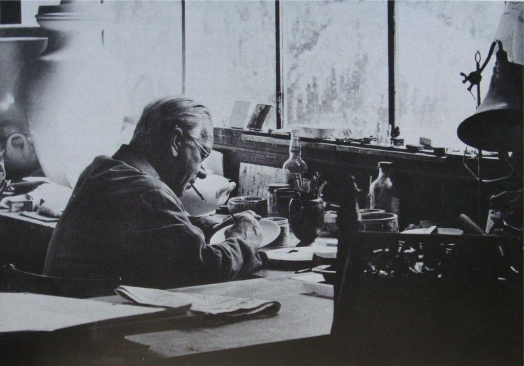 Jean Mayodon dans son atelier de Sèvres.